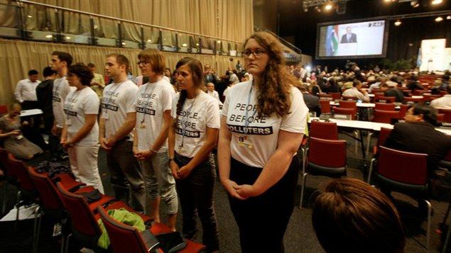 Des membres de la Délégation de la jeunesse canadienne ont manifesté pendant le discours du ministre canadien de l'Environnement, Peter Kent, à Durban.