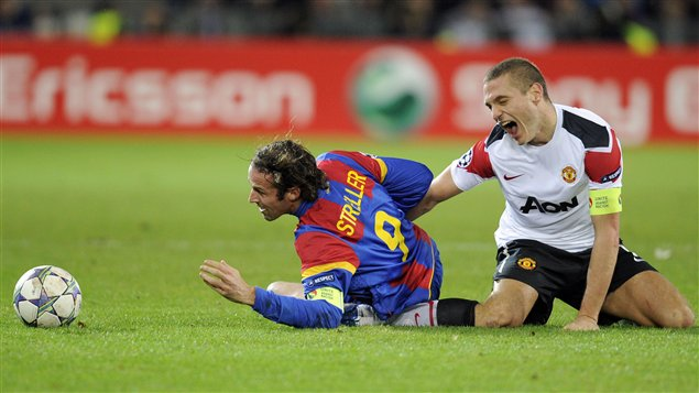 Marco Streller, du FC Bâle et Nemanja Vidic, de Manchester United