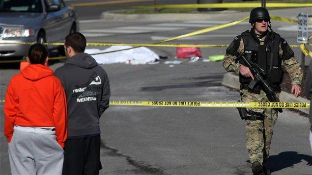 La police contrôle l'accès au stationnement de Virginia Tech, où une personne a été retrouvée morte.