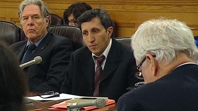 Les députés Pierre Curzi et Amir Khadir ont posé des questions à M. Johnson en commission parlementaire.