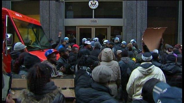 Une cinquantaine de ressortissants congolais ont manifesté devant le consulat américain.