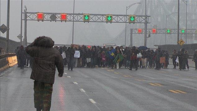 Des ressortissants congolais protestent contre le résultat des élections en République démocratique du Congo, bloquant le pont Jacques-Cartier.