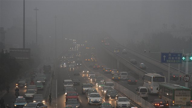 Un épais smog à Hefei, dans la province Anhui de l'est de la Chine (29 novembre 2011)