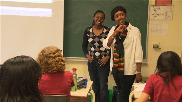 Des étudiantes réfugiées du Rwanda racontent leur histoire à des élèves du secondaire.