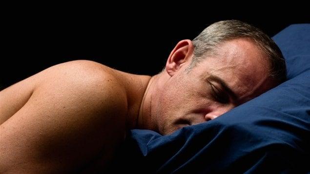 Un homme au lit