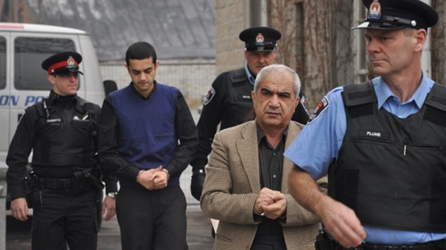 Mohammad Shafia et son fils aîné, Hamed, arrivent au palais de justice de Kingston, mercredi.