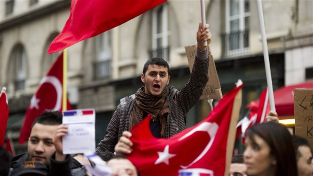 Des partisans de la Turquie manifestent à Paris contre la proposition de loi qui pénalisera la négation du génocide arménien de 1915 (22 décembre 2011).