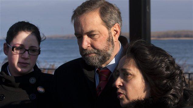 Le candidat à la direction du NPT Thomas Mulcair, en compagnie d'Ève Peclet (gauche) et Paulina Ayala lors d'un point de presse jeudi.