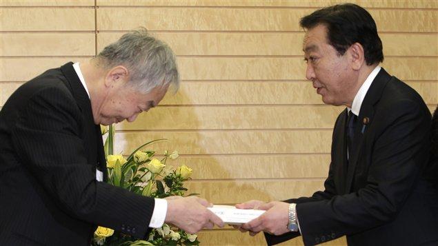Le premier ministre japonais Yoshihiko Noda reçoit le rapport d'experts de la commission chargée d'enquêter sur l'accident nucléaire à la centrale Fukushima.