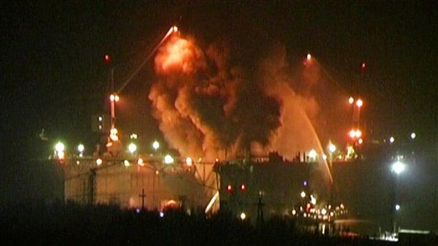 Les pompiers luttant contre l'incendie du sous-marin à Rosliakovo, un chantier naval militaire qui dépend du port de Sveromorsk.