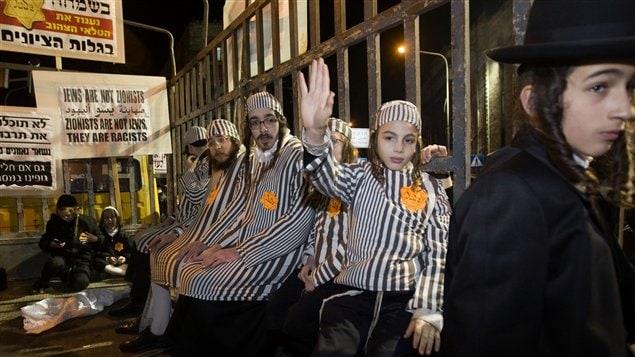 Cette manifestation de juifs ultra-orthodoxes à Jérusalem, employant des symboles de l'Holocauste, soulève la controverse en Israël.