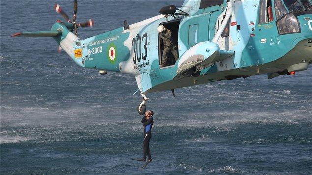 Un Iranien saute d'un hélicoptère lors de manoeuvres navales dans le détroit d'Ormuz, le 30 décembre 2011.
