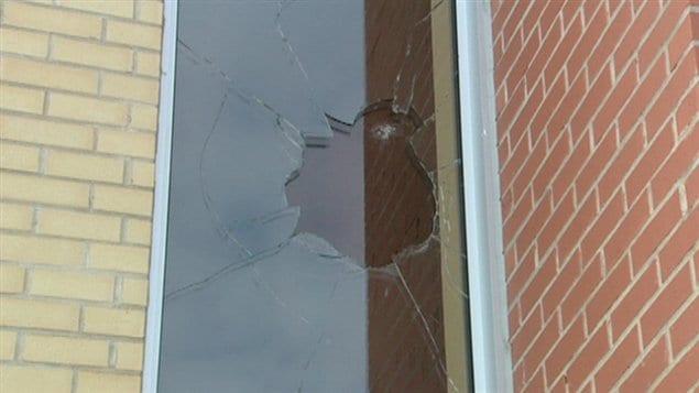 Les vandales ont fracassé des vitres de la mosquée.
