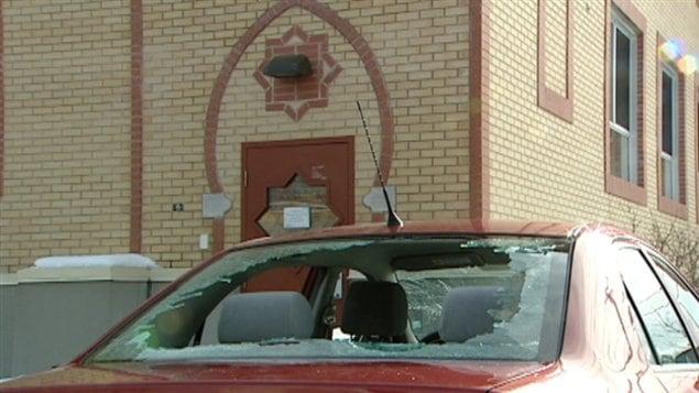 Deux voitures stationnées à proximité de la mosquée ont aussi été vandalisées.