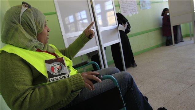 Observateur d'une ONG dans un bureau de vote, en Égypte.