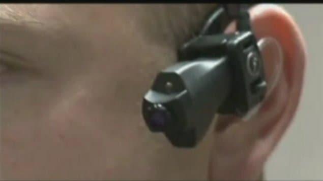 Des caméras sont portées par des agents.