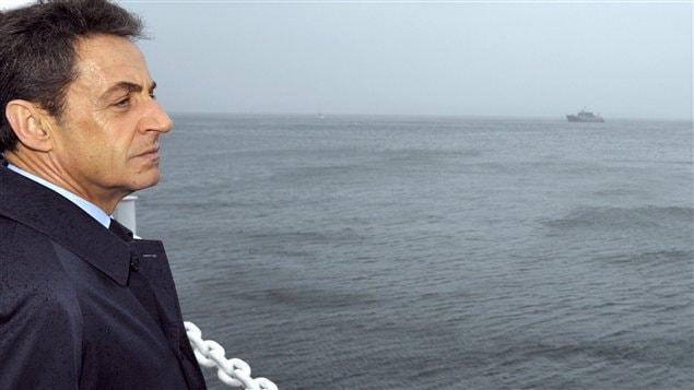 Nicolas Sarkozy regarde la mer.