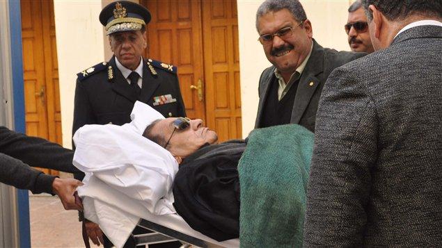 Mercredi, Hosni Moubarak a une nouvelle fois comparu allongé sur une civière, après être arrivé au tribunal en hélicoptère puis en ambulance.