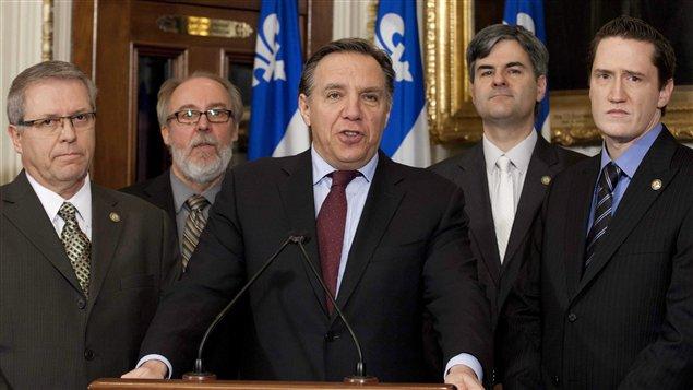 François Legault (au centre) et (à partir de la gauche) Daniel Ratthé, Marc Picard, Éric Caire et Benoit Charrette.