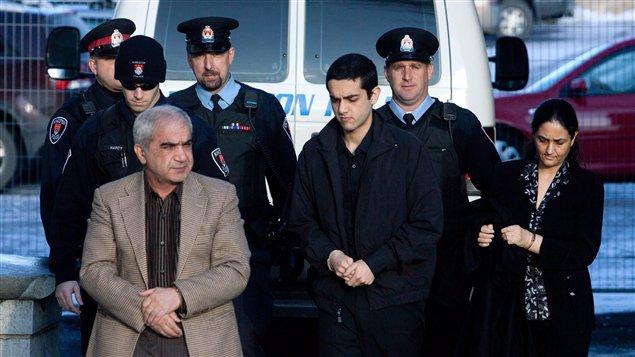 Mohammad Shafia, de sa femme Tooba Yahya et de leur fils Hamed lors de leur arrivée au palais de justice de Kingston le 10 janvier dernier.
