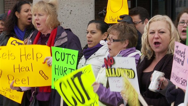 Des parents ont manifesté devant le conseil régional