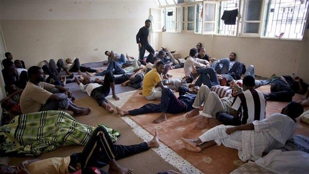 Des détenus s'entassent dans une prison improvisée de Misrata, en Libye.