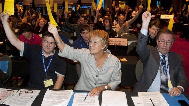 Pauline Marois et d'autres délégués péquistes lors de l'assemblée plénière dimanche.