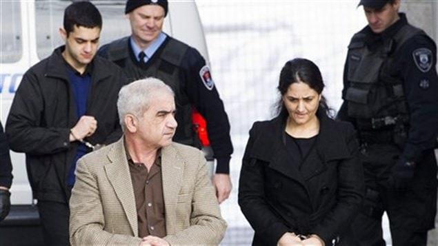 Mohammed Shafia, Tooba Yahya et Hamed Shafia sont escortés par des policiers, le 28 janvier, vers la cour de Kingston, en Ontario.