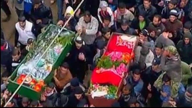 Des Syriens portent les cercueils de civils tués dans les violences qui ont fait une centaine de morts la veille.