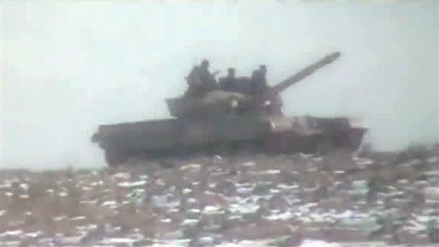 Ces images publiées sur YouTube montrent un char de l'armée syrienne dans la petite localité de Rankous, à 40 km de Damas.