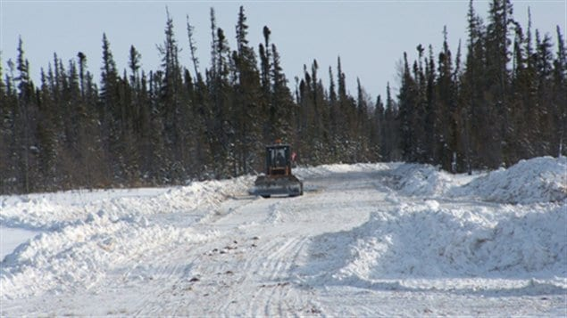 Les travaux pour préparer la route de glace