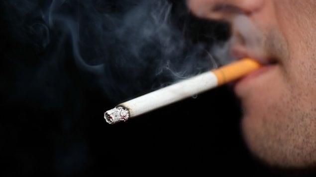 Un homme fume