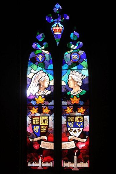Le vitrail commémoratif installé à l'entrée du Sénat canadien.