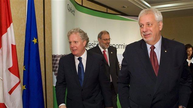 Le premier ministre du Québec, Jean Charest, et le négociateur en chef pour le Québec de l'AECG, Pierre Marc Johnson
