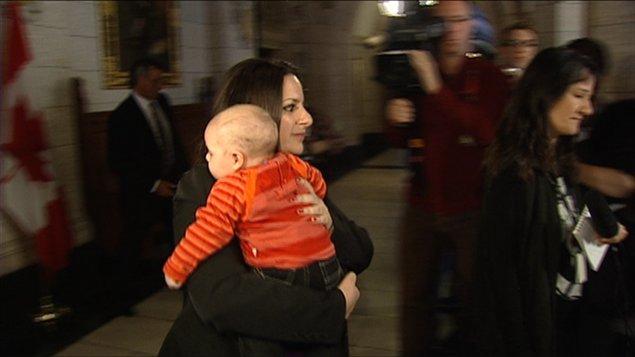 La députée Sana Hassainia et son enfant