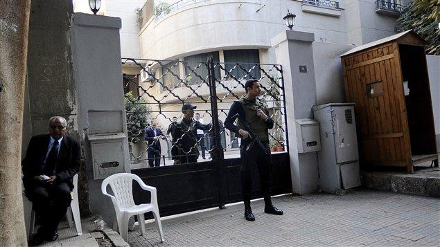 Des soldats égyptiens au siège de l'ONG américaine National Dmocratic Institute (archives)