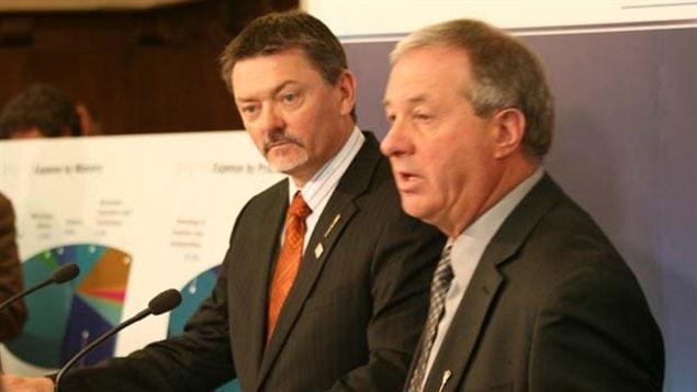 Le président du Conseil du Trésor de l'Alberta, Doug Horner, et le ministre des Finances, Ron Liepert, lors d'une conférence de presse sur le budget provincial 2012-2013 présenté jeudi.