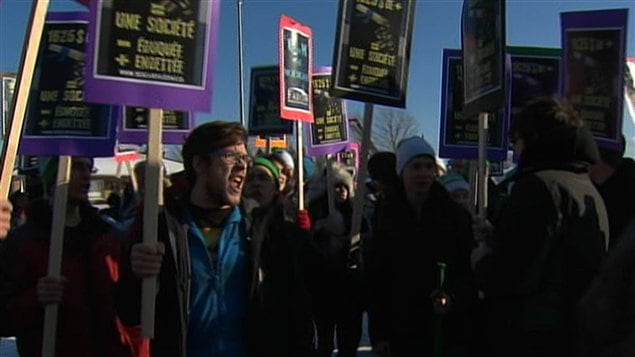 Des étudiants manifestant devant le Centre des congrès, à Victoriaville, où se tient le caucus libéral.