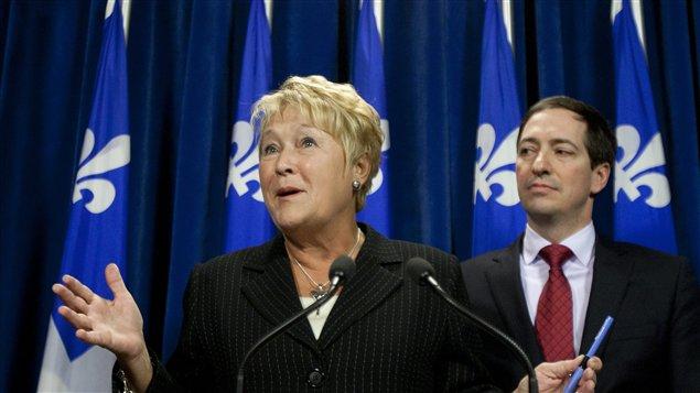 La chef de l'opposition Pauline Marois répond aux journalistes lors d'une conférence à Québec.