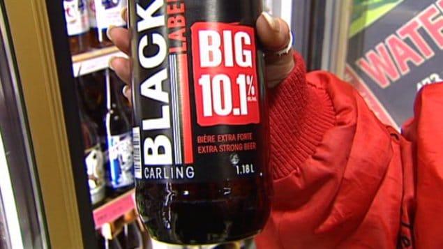 Une cliente montre une bouteille de bière Big 10
