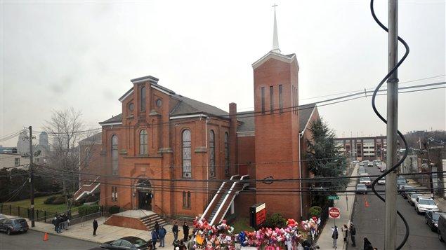 Des gens ont déposé des fleurs et des ballons devant l'église de Newark, au New Jersey.
