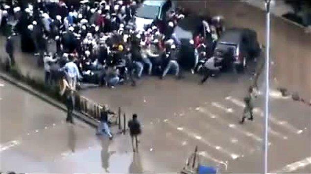 Des images tirées de Youtube semblent montrer un soldat tirant sur une foule lors de funérailles dans le quartier de Messe, à Damas.