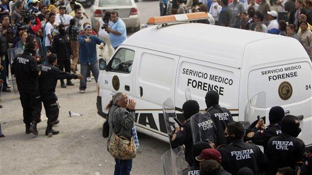 Des policiers quittent la prison d'Apodaca.