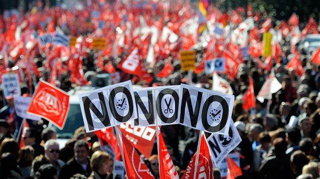 Une foule monstre s'est réunie à Madrid dimanche pour dénoncer les réformes du marché du travail du gouvernement.