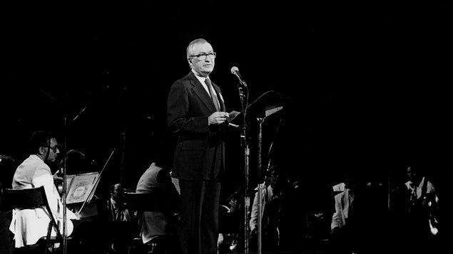 Pierre Juneau parmi les musiciens de l'Orchestre symphonique de Montréal, septembre 1983.