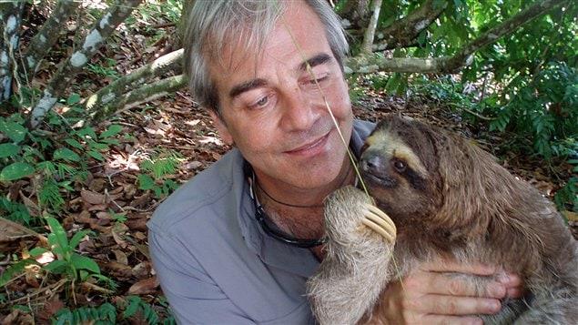 Jean Lemire, tenant un aï, aussi appelé paresseux