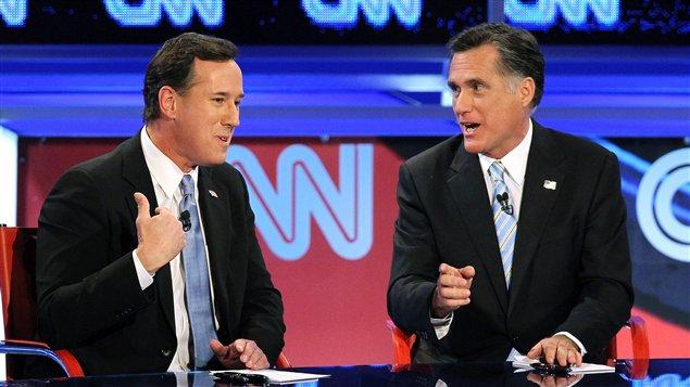 Les candidats à l'investiture républicaine Rick Santorum et Mitt Romney croisent le fer lors d'un débat sur les ondes de CNN, le 22 février.