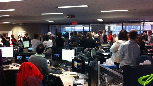 Les employés du Centre de l'information de Radio-Canada, à Montréal, ont applaudi Alain Saulnier.