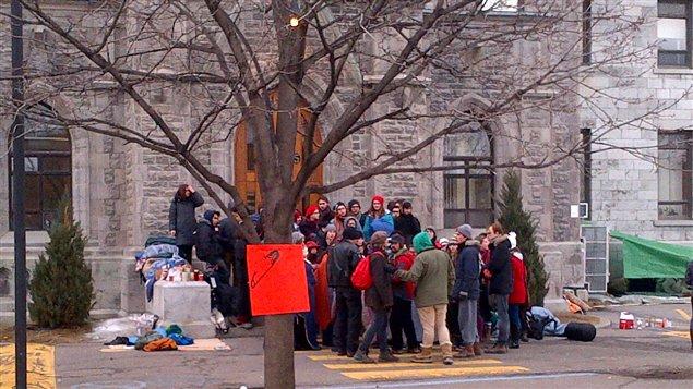 Des étudiants bloquent l'entrée du cégep de Saint-Laurent.