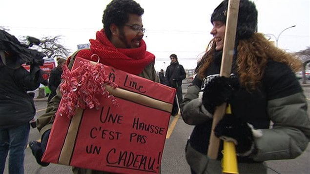 Des manifestants devant les bureaux de la ministre de l'Éducation, Line Beauchamp